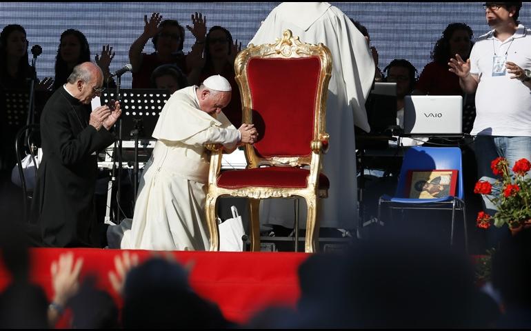 Папа Римский склонился перед молитвой 50 тысяч католиков-харизматов (видео)