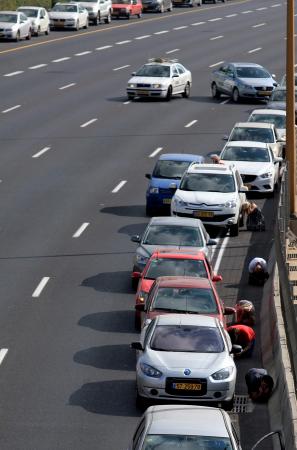Израильтяне укрываются на шоссе от ракетных атак ХАМАСа