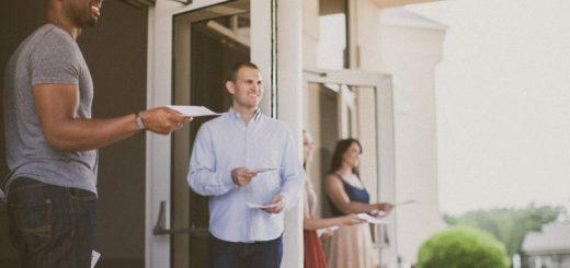 10 способов, которыми церкви отталкивают пришедших впервые