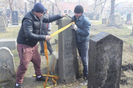 Христиане Павлограда облагородили еврейское кладбище