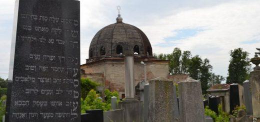 """Члены черновицкой мессианской общины """"Скиния славы"""" провели уборку на еврейском кладбище"""