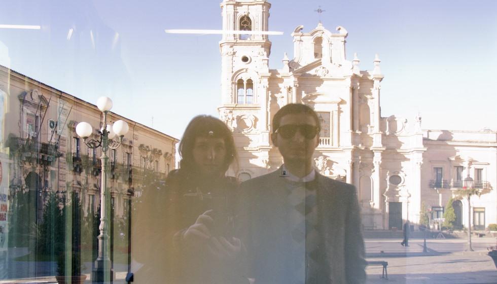 пара на фоне церкви