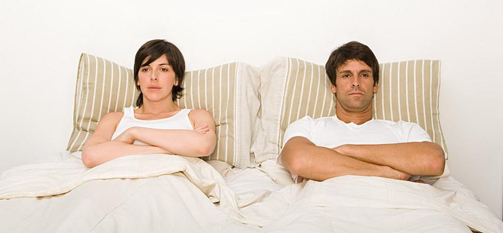 Муж и жена в постели занимаются сексам каждый день