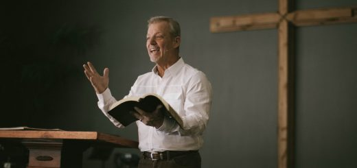 Два типа пасторов, спорящих и не понимающих друг друга