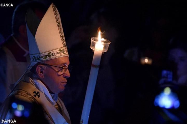 Пасхальное бдение в Ватикане. Папа: христиане призваны делиться надеждой