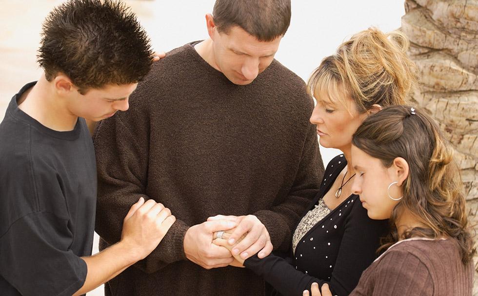 Family-Praying2