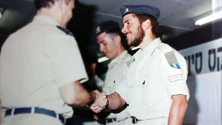 Андреас получает награду от Армии Обороны Израиля