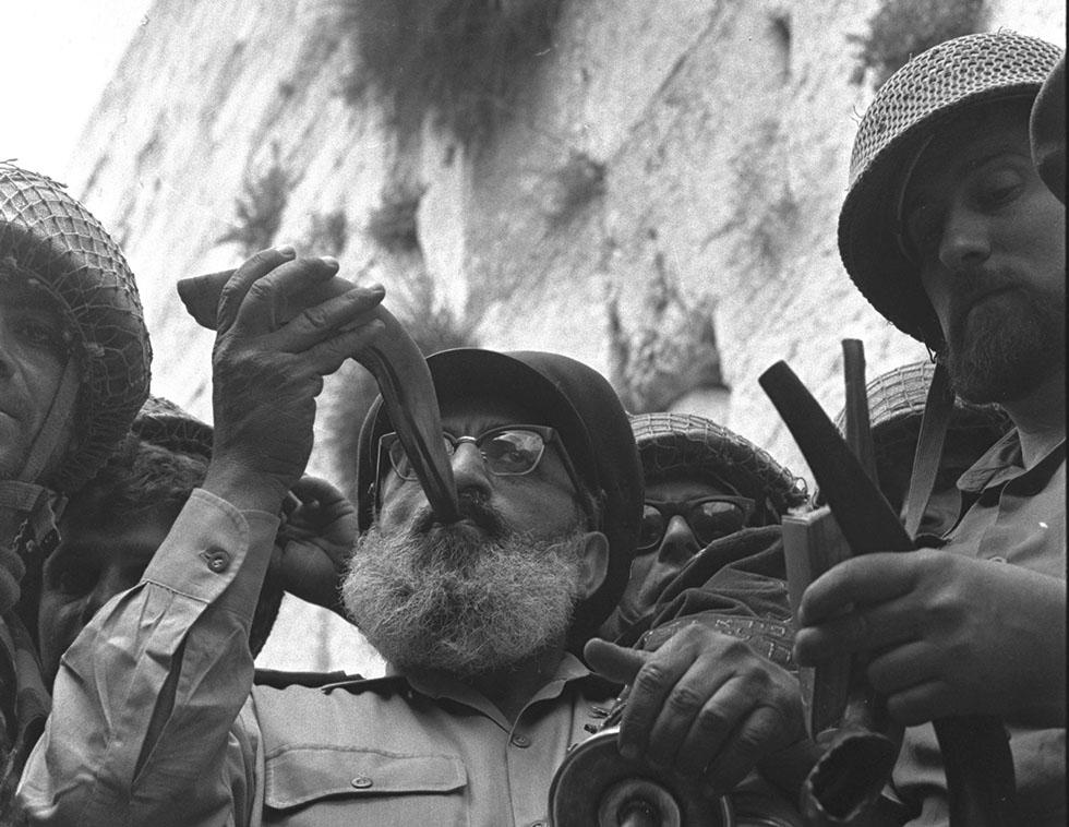 Шестидневная война. Главный раввин армии Израиля Шломо Горен в окружении израильских солдат трубит в шофар у Стены плача в Иерусалиме. 7 июня 1967
