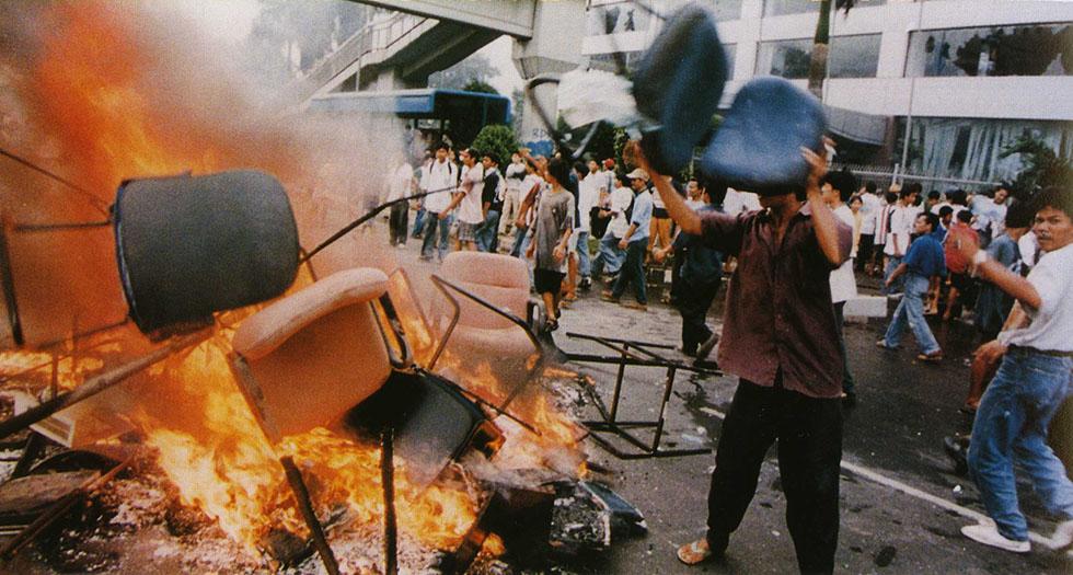 Массовые беспорядки в Джакарте, Индонезия. 1998 год