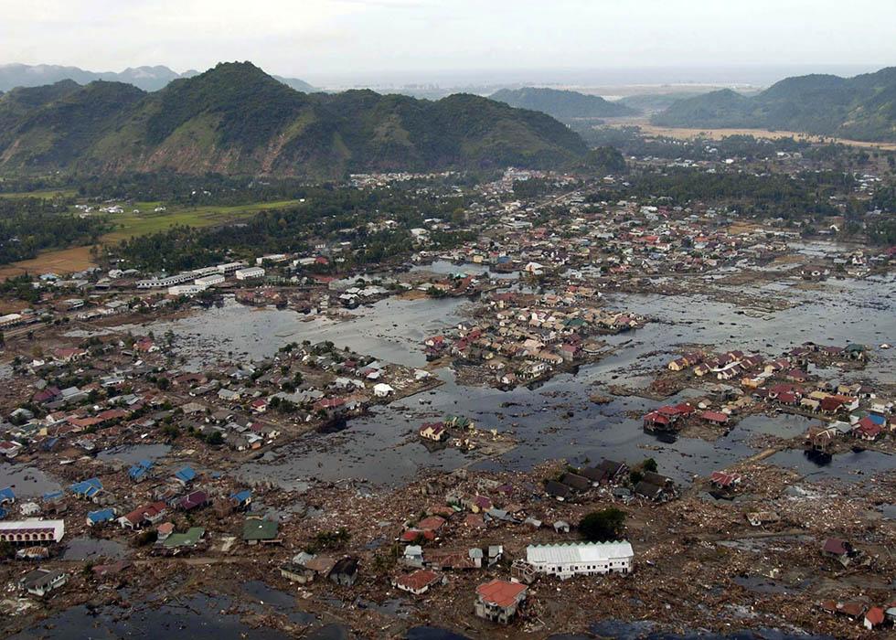 последствия цунами в Банда-Ачех, Индонезия. 2004 год
