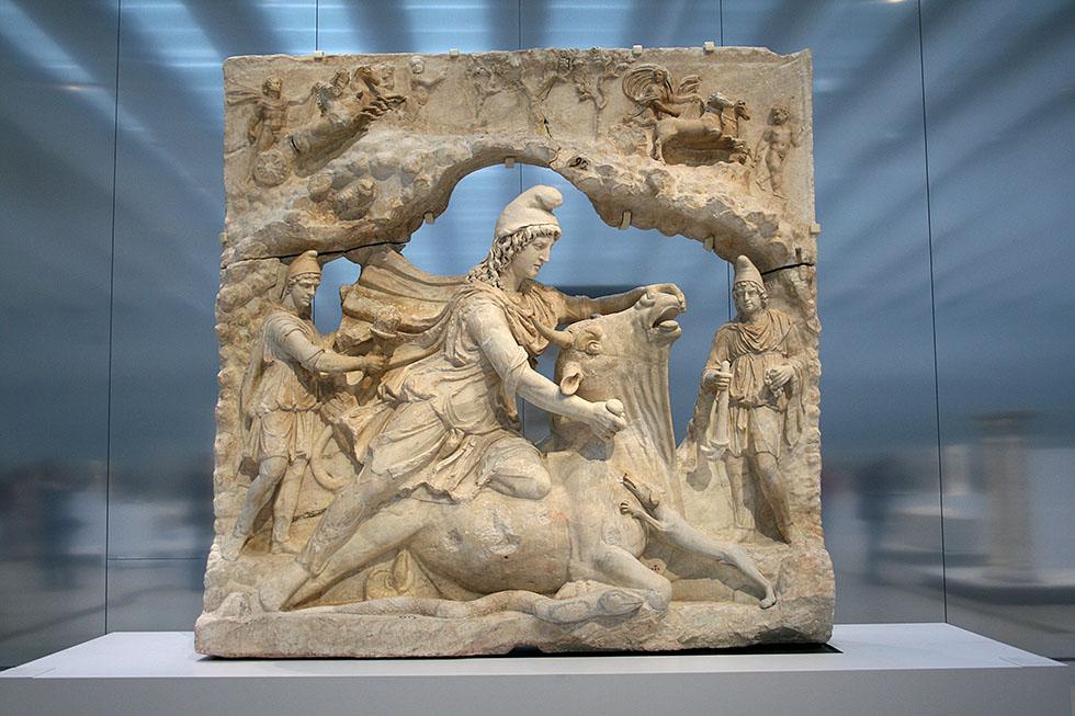 Relief représentant Mithra, dieu iranien du Soleil, sacrifiant