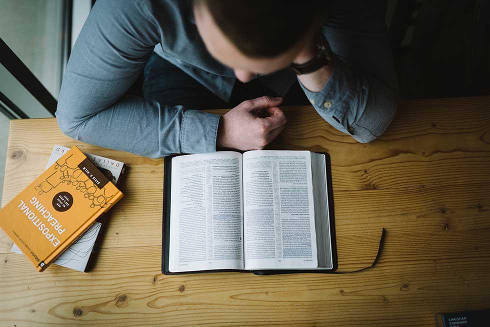 читайте Библию