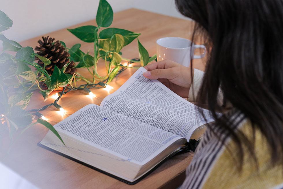 девушка читает Библию