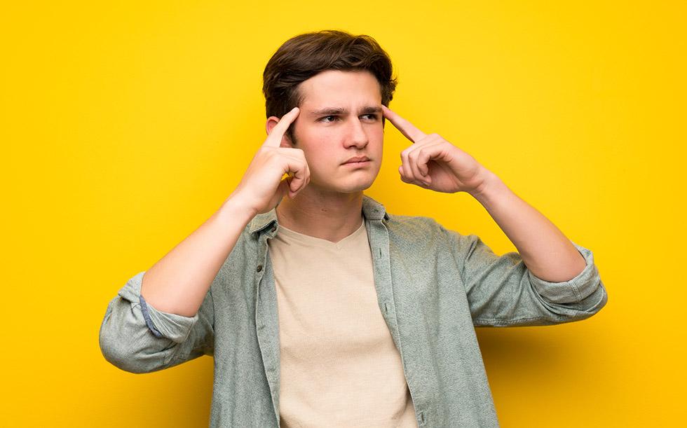 парень-подросток в размышлении