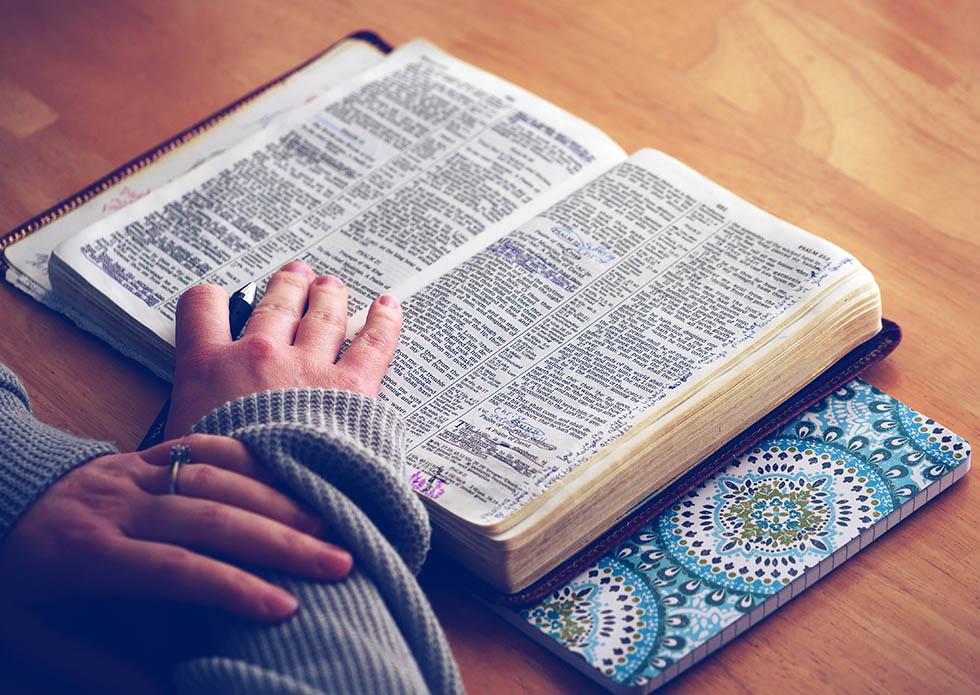 woman-bible3
