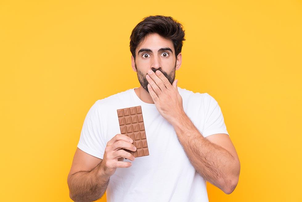 мужчина с шоколадкой