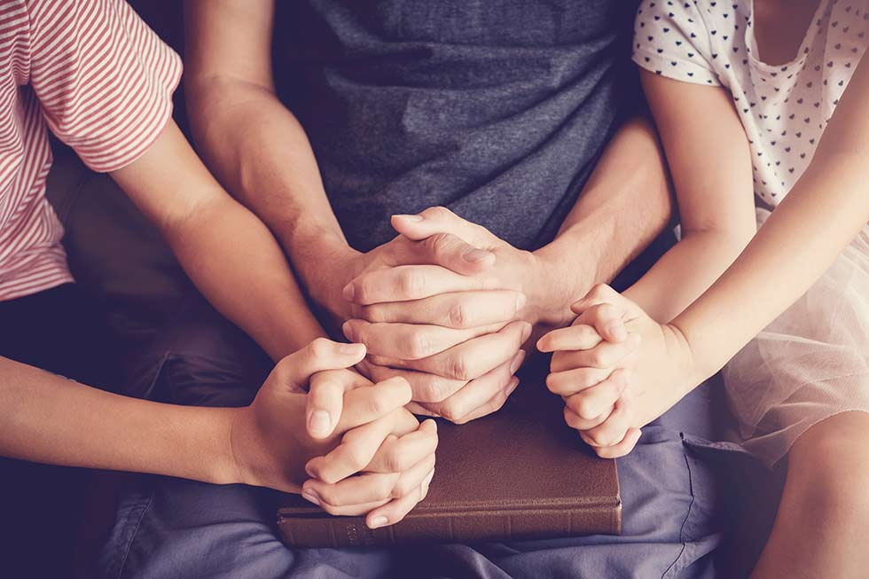 дети молятся над Библией