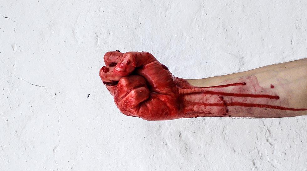 рука в крови
