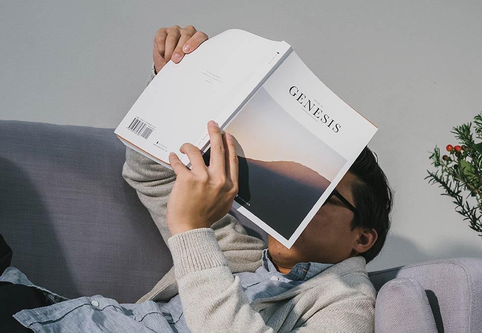 читает Библию, Бытие