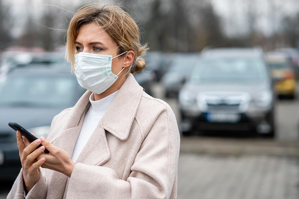 женщина в маске от вируса
