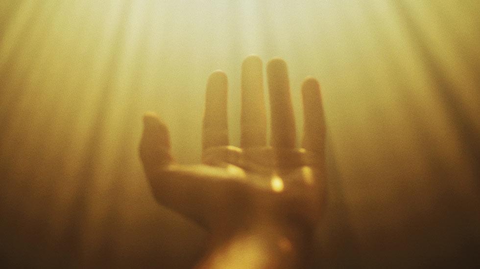 рука и лучи света