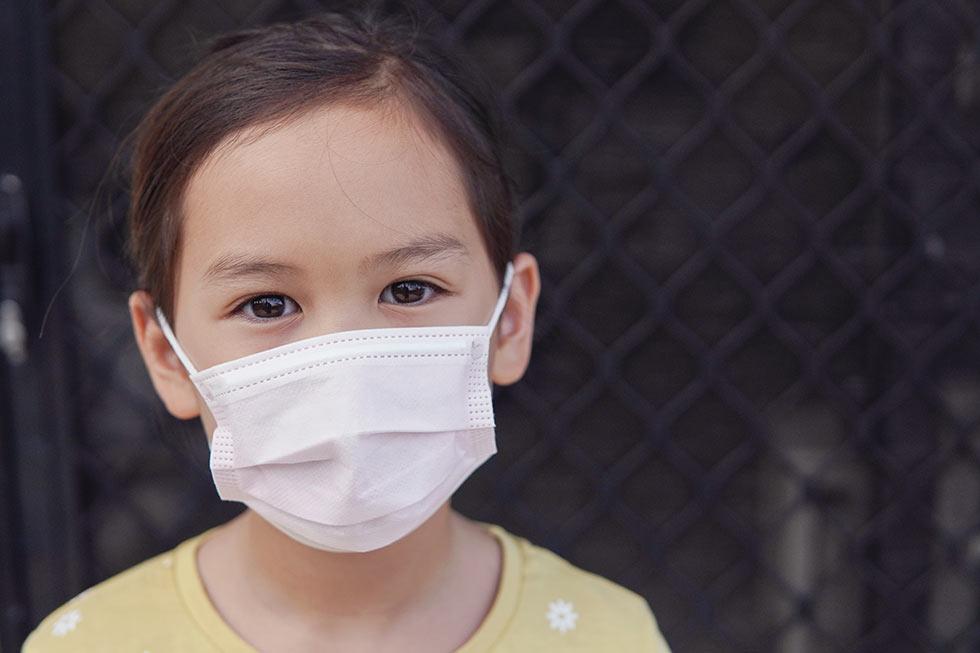 девочка в хирургической маске