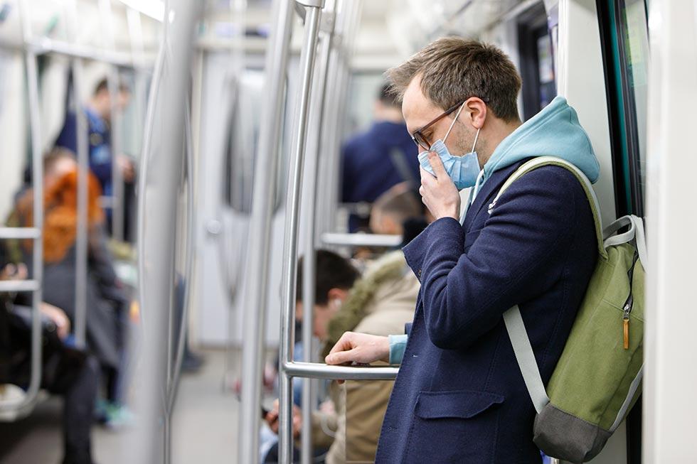 мужчина в маске в метро