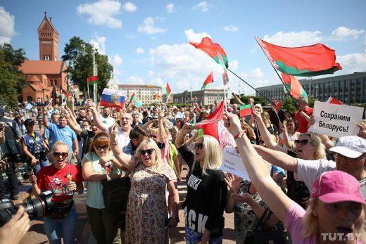 В Минске проходят многотысячные митинги сторонников и противников Лукашенко